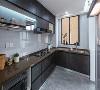 厨房是整个家中用色最深的部分,考虑既漂亮又方便打理,选择了深色铁锈质感的柜门搭配深色台面,在布局上加入了开放与展示部分,增强生活的情调。