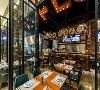 原本狭长的建筑设计成上下2个就餐区,让单调的长条动线变的生动有趣,同时在功能上也形成了聚会,下午茶,中午简餐和晚上酒吧。