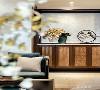 统一和谐的胡桃木色稳定着空间的平衡,奠定了沉稳宁静的基调,简练流畅的线条为居室注入清雅隽秀的气质,温厚敦实的木制搭配米色墙漆,质朴肃静,浓淡相宜。