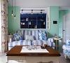 景深层次 越过窗框的视线落在后方书房的宝蓝色书柜,与前方浅蓝条纹沙发共筑井然有序的景深层次。