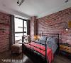 主卧房 红砖色文化石环绕的主卧房呈现浓烈粗犷的工业风表情,春雨时尚空间设计透过局部留白与木皮表现,平衡空间暖度。