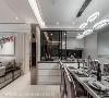 厨房 于厨房和备餐中岛间设置透视拉门,延长空间景深,也具阻挡油烟之效。