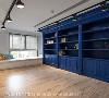 书房 经过六次打色板才定案的宝蓝色书柜,不仅须测试与绿色主墙的搭配性,更需满足不同光源下的呈现效果。