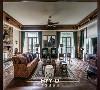 客厅  一切美的事物从外面看都是一种无可抗拒的力量,从里面看则是一种无比智慧的秩序。无论是门窗还是沙发椅等的设计布局,都体现出对称和谐的韵律美,空间的智慧其实也是主人个性的展现。