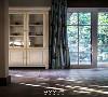 二楼休息区  有时候源于自然的色彩与阳光,可以散发出质朴、纯粹、宁静,让人愿意放下一切去回望生活,以及静下心来观赏室外的绿意,没有缘由,不问时长。