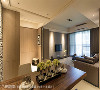 天花板 利用高低落差和沟缝造型,及具视觉放大特性的白色调,消弭梁体带来的压迫感。