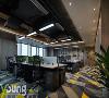 【深圳漾空间设计有限公司VX13922880680】开放办公区,顶部做了简单的吊顶,粗矿的工业感设计与深色办公桌椅的结合,象征着沉稳与专业。