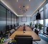 会议室以简约商务风为主,简约的线条感吊灯与会议桌上的话筒相互呼应,整体构成微妙的平衡感。定制地毯以相近色、类似形组合而成,富有设计感。