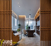 总经理办公室,大门以木制线条为造型,远远看去自成一道景,待走近后才发觉其中别有洞天。