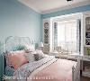 小女儿房 以水蓝色及白色为主,搭上线条纤细的床架及柜体结构,打造心中的梦幻国度。