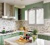 厨房 延续女主人向往的梦幻乡村风主调,淡雅绿色及蓝色系花砖,呈现出令人眼前一亮的清新厨房,特别在窗户加上百叶以及同色小挡板,使厨房风格更为一致。