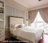 主卧房 屋主特别指定使用色彩饱和、触感光滑的木地板,为平衡视觉整体温度,床头选择蓝绿色图腾壁纸,调和出恰到好处的舒适氛围。