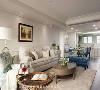 沙发区 将原本封闭式的厨房改为开放式,使客厅、餐厅、厨房形成长向的开阔场域,并透过门框线板来定义机能区块,不仅提升视觉延伸效果,也创造容易互动、对话的大聚落。