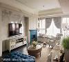 客厅 屋主从张馨团队提出的桃红、宝蓝色壁炉提案中,选择了宝蓝色,也成了整个空间跳色时的起始语汇。