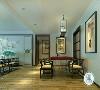吊顶划分区域,使餐厅独立出来暖色的壁灯打到原木色的地板上,增添了一丝温馨。