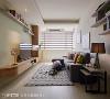客厅 屋主追求简单清爽的视觉感受,空间以纯白色调为基底,巧手透过家具色彩与陈设勾勒空间层次。
