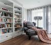书房  我有一间书房 装满一室阳光 靠在舒适的单人沙发上 听着心爱的收音机 或看书或养神 这里便是海阔天空