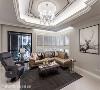 客厅 客厅天花运用弧形线板营造优雅氛围、安排跳色层次,并佐以水晶灯打造具古典气韵的时尚气息,更铺设机能性家俬,提升整体舒适度。