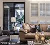 古典元素 得比空间设计采L型进口百叶窗铺叙,烘托设计完整性外,亦巧手遮蔽室外楼景,以提升住户隐私。