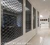 廊道 书房隔间以活动式拉门设计,并透过镂空窗花造型打造穿透视感,顺势将露台采光引入长廊,成功消弭场域狭隘的疑虑。