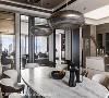 开放式客餐厅 开放式设计引入窗外的光源,保留大空间的开阔感,细节上则注入不少「圆」的元素,柔和空间线条。