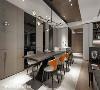 餐叙区 设置轻食吧台提升生活精致质地,热炒厨房以局部黑玻挹注穿透感,演绎虚实线面表情。