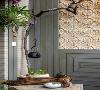 阳台的每一支花草都在默默的扎根,吸取天地精华奋力成长,从中感悟DIY出生长的状态的防腐木拼接,中间镶嵌砂岩艺术喷浆,下面回行的图案是预示植物根系的盘根错节的迂回,一盏茶,一滴水、
