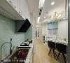 厨房 壁面以亮面质材包覆,减少屋主打扫时的负担,打造干净清爽的料理空间。