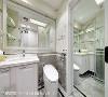 卫浴 干湿分离的淋浴间设计,搭配足够宽敞的浴柜台面与收纳层板,并以仿雪白银狐大理石磁砖铺底,打造公主风的古典式卫浴。