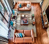 客厅挑空的设计和大面积的玻璃窗不仅带来充足的光线,也让空间更为大气稳重。现代皮质沙发和明式古典实木家具遵循儒家的对称思维,严谨排布,与古典的色彩,精致的花鸟背景墙一起,氤氲出古典诗情。