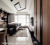 一道盘绕在客厅天花的几何灯槽,为住家创造鲜明的视觉效果,让住家更显个性化。
