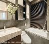 小巧主卧卫浴在有限尺度中尽可能达到最佳安排,清雅的石材和木质语汇,添入了精致却不失自然的感受。