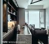 为让空间更显宽敞,设计将一间卧房自平面释出,并打造成连结客厅的开放式书房,放大尺度。