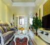 客厅的设计首先是大面积采用大量的暖色暗纹壁纸,给人的感觉也比较温馨,和紫黄色的窗帘属于同一个色系,家具选择了一些紫色的家具,能提高整个空间的生动性,包括选择了紫罗兰色的地毯,它们也有一个更好的融合。