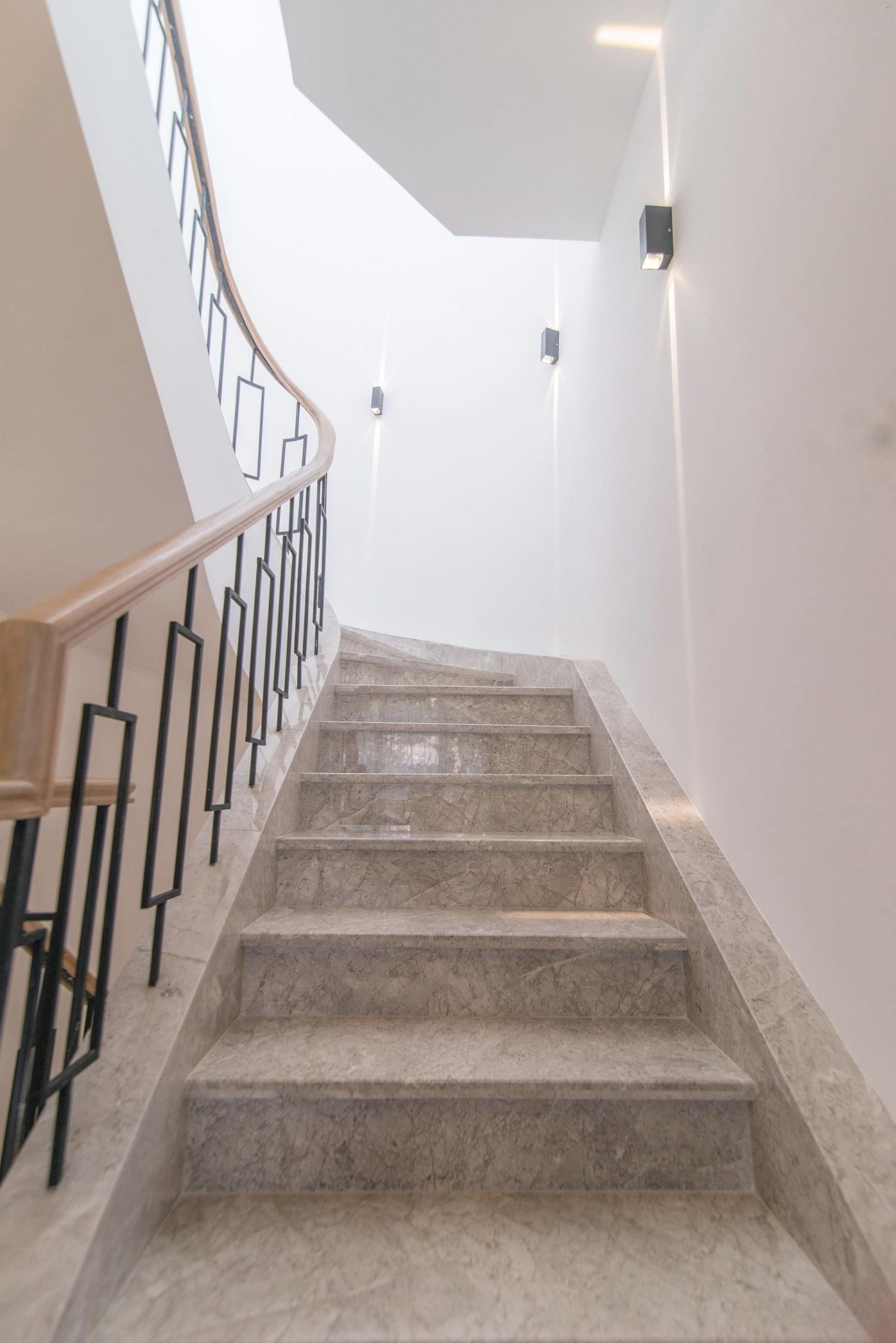 欧式 别墅 腾龙设计 完工实景 楼梯图片来自孔继民在乔爱庄园别墅完工实景案例展示的分享
