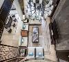 在空间的设计上,汲取了唐明清时代家居理念的精华,在空间上富有层次感,同时给传统家居文化注入了新的气息。