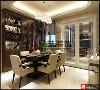 餐厅的酒柜设计增强了储物空间,既能储物有美观大方。长方形的六人餐桌足以满足这三世同堂之家。