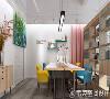服装设计工作室的面积不大,设计师采用原木色书架做为隔断,将工作室划分为四个区域,进门处为助理办公区,金属线条与原木办公桌的搭配十分简约,白色的墙壁突出了木质元素,柔化温暖了环境。