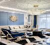 客厅中采用了16年潘通年度色 静谧蓝 配合轻奢金 明亮淡雅 方形纹样深浅色交织地板 搭配担当重色功能的 黑色茶水案几 孔雀蓝金属方边单椅 让空间色调在和谐统一的基础上 更具视觉层次感为空间平添几许温度与生气