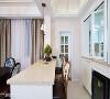 隔烟设计 厨房及吧台之间特别设置一座料理台,不只划分场域机能,贴心的玻璃窗设计也可阻挡油烟逸散。