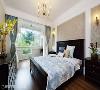 主卧房 主卧房以典雅的风格装饰,搭配大面窗景绿意映衬,使休息空间兼具自然与低奢情调。