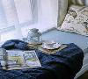 纯色的布艺,将飘窗衬托得更加宁静舒适,泡一杯香甜的奶茶,随手翻翻杂志,也好享受片刻的悠闲。累了便在熏香和微风的抚慰下入眠,不知不觉中将梦想照进现实。
