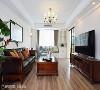 客厅 客厅以简单的木地板营造温润氛围,并在窗边设置卧榻,增添收纳空间也提供小憩的浪漫一角。