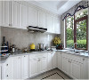纯白橱柜大理石台面| 纯白色的橱柜使得厨房和客厅在视觉上形成了一定的统一,再加上复古色系的橱柜虽然奢华但是可能会稍显老气,所以用简单的白色是再安全不过了。