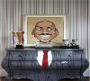 装饰| 整个房间是红蓝相间的色系,而摆设则是篮球风格。没有篮球梦的男孩子是不能成为男神的,当然这是一句玩笑话。房间里的柜子很有意思,柜身刷成趣味西装,而柜台上则摆放着迈克尔乔丹的漫画装饰画。