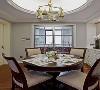 玄关进来便是餐厅,餐厅摆放圆形餐桌,顶面也设计为圆形;