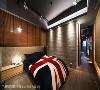 主卧房 界阳&大司室内设计在皮革绷板与钢刷木皮为主体的主卧房,客制难度极高的仿木纹板模造型墙,增添阳刚工业风格。