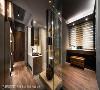 场域过渡 独立拉出规划的卫浴面盆、镜面,以及位于场域过渡间的展示平台规划,丰富了廊道的行进风景。