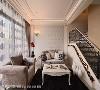客厅 搭配欧式锻铁扶手与订制艺品的规划,沙发与茶几亦采古典元素呼应整体风格。