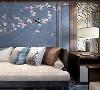 整体空间以深色(板栗色)为主旋律。通过沙发、地毯、抱枕等软装组合呼应不同层次的蓝,寓意浩瀚海域。